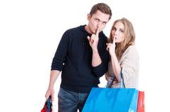 Paarholding het winkelen zakken die stiltegebaar maken royalty-vrije stock fotografie
