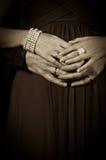 Paarholdinghände auf Bauch Lizenzfreie Stockbilder