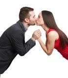 Paarholdinghände und -c$küssen lizenzfreies stockbild