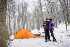 Paarklimmers in een de wintertijd dichtbij berg het kamperen stock foto's