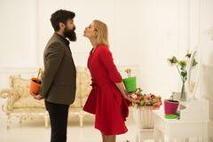 Paarkonzept Paare in der Liebe feiern Frühling Paare von Mann- und Frauenfellblumen hinter ihren Rückseiten Paare Romance lizenzfreie stockfotos