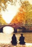 Paarleute, die in Amsterdam-Stadt sich entspannen stockbild