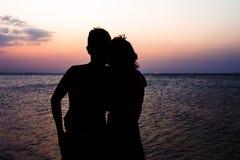 Paarman en Vrouw op strand Royalty-vrije Stock Foto's