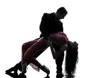 Paarmannfrauen-Ballsaaltänzer, die Schattenbild tangoing sind Stockfotos
