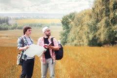 Paarmensen met kaart op de herfstgebied royalty-vrije stock foto