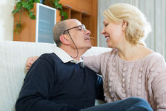 Paarpensionäre zusammen auf Sofa zu Hause Stockfotos