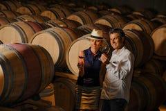 Paarprobierenwein in einem Keller Lizenzfreies Stockbild