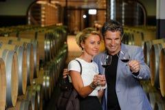 Paarprobierenwein in einem Keller lizenzfreies stockfoto