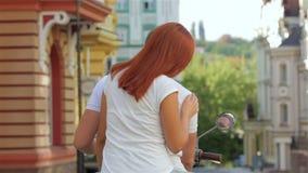 Paarreiten der hinteren Ansicht auf Moped stock footage
