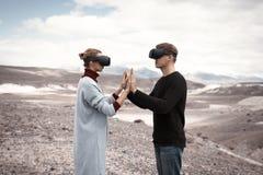 Paarreizen in virtuele werkelijkheid royalty-vrije stock foto's