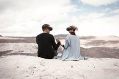 Paarreizen in virtuele werkelijkheid stock foto's