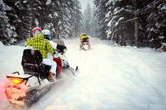 Paarschneemobile im Schneesturm Lizenzfreies Stockbild