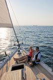 Paarsegeln auf Yacht stockfotografie