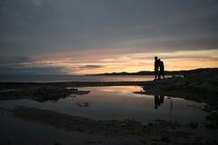 Paarsilhouetten op een strand royalty-vrije stock foto