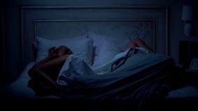 Paarslaap in bed, die relatiesmoeilijkheden, het ruzie maken concept apart liggen royalty-vrije stock foto