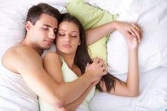 Paarslaap op het bed Stock Foto's