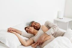 Paarslaap in zijn bed royalty-vrije stock afbeeldingen