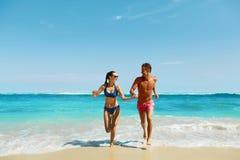 Paarspaß auf Strand Romantische Leute in der Liebe, die in Meer läuft Stockfoto