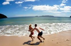 Paarspiel auf leerem Strand in Neuseeland Lizenzfreie Stockfotos