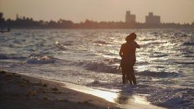 Paarstand auf dem Strand stock footage