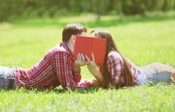 Paarstudenten in liefde het kussen Royalty-vrije Stock Foto's