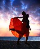 Paartanzen am Sonnenuntergang stockfotos