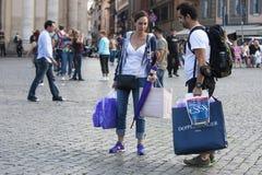 Paartourist mit Einkaufstaschen und Rucksack Stockfotos
