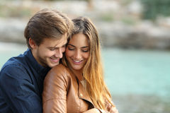 Paarumarmung liebevoll auf dem Strand Lizenzfreie Stockfotografie