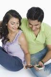 Paarversenden von sms-nachrichten an den Handys lizenzfreie stockbilder