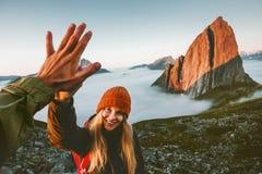Paarvrienden die vijf handen openlucht reizen geven stock fotografie