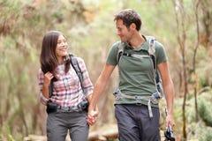 Paarwandern glücklich Lizenzfreies Stockbild