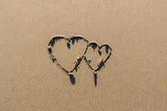 Paarzeichenvalentinsgrußes auf dem Strand Lizenzfreies Stockfoto