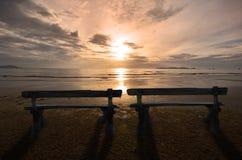 Paarzetels op mooi ochtendstrand stock foto