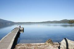 Paarzitting op pier. Stock Afbeeldingen
