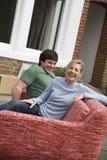 Paarzitting op Sofa Outdoors stock afbeeldingen