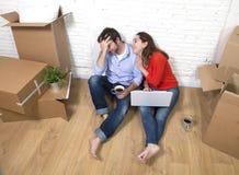 paarzitting op vloer die zich in een nieuw huis of flatvlakte bewegen Stock Fotografie