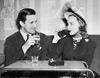 Paarzitting samen in een restaurant die met elkaar flirten (Alle afgeschilderde personen leven niet langer en geen landgoed besta Stock Foto