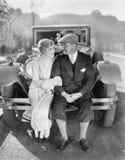 Paarzitting samen op een autobumper (Alle afgeschilderde personen leven niet langer en geen landgoed bestaat Th van leveranciersg Royalty-vrije Stock Afbeeldingen