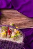 Paasei decoratief in streng in purpere mand op houten lijst aangaande purpere achtergrond De ruimte van het exemplaar Stock Foto's