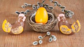 Paasei in een nest en chocoladekippen Gelukkige Pasen Stock Foto
