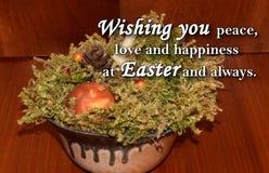 Paasei en een tekst ` die u vrede, liefde en geluk wensen in Pasen en altijd ` Royalty-vrije Stock Foto