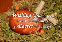 Paasei en een tekst ` die u vrede, liefde en geluk wensen in Pasen en altijd ` Royalty-vrije Stock Fotografie