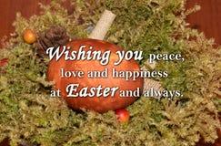 Paasei en een tekst ` die u vrede, liefde en geluk wensen in Pasen en altijd ` Stock Fotografie