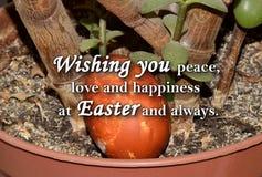 Paasei en een tekst ` die u vrede, liefde en geluk wensen in Pasen en altijd ` Royalty-vrije Stock Afbeelding