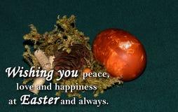 Paasei en een tekst ` die u vrede, liefde en geluk wensen in Pasen en altijd ` Royalty-vrije Stock Afbeeldingen