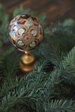Paasei in het Been met takken van naaldboom  Royalty-vrije Stock Fotografie