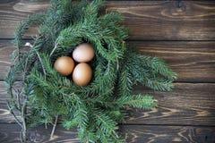 Paasei in het nest op rustieke houten achtergrond Royalty-vrije Stock Foto