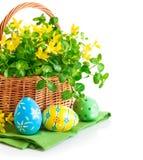 Paaseieren in mand met de lentebloemen royalty-vrije stock afbeelding