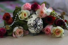 Paasei met bloem op onduidelijk beeldachtergrond Stock Foto