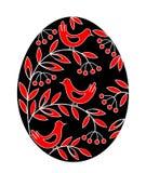Paasei met een geschilderd patroon Vogels op takken met bessen en bladeren Het symbool van Pasen Een oude traditie van mensen royalty-vrije illustratie
